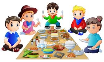 Счастливая семья, вместе обедая вместе