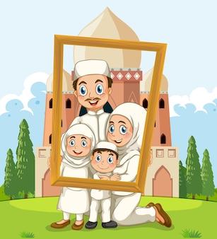 上のモスクとフォトフレームを保持している幸せな家族