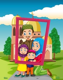 モスクとフォトフレームを保持している幸せな家族