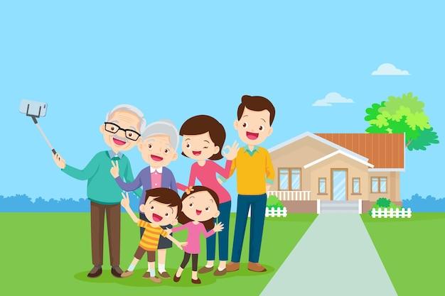 彼の家の背景に幸せな家族。公園で一緒に大家族。幸せな高齢者は両親と車椅子で幸せになります