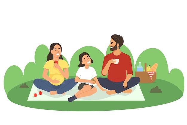 Счастливая семья на пикнике на природе