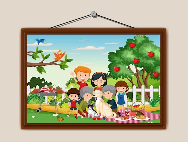 壁に掛かっているフォトフレームで幸せな家族のピクニック屋外シーン
