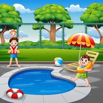 Счастливая семья играет у бассейна