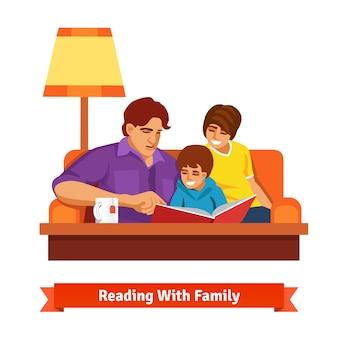 Lettura felice della famiglia insieme. madre, padre, figlio