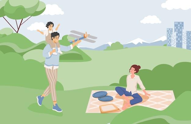 Счастливая семья, проводящая время вместе на летнем пикнике