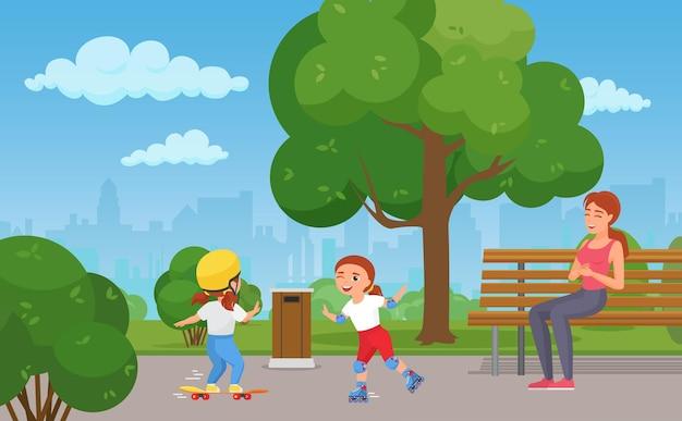 도시 공원 소녀의 행복한 가족 여름 야외 활동은 스케이트 보드 또는 롤러 스케이트를 재생합니다