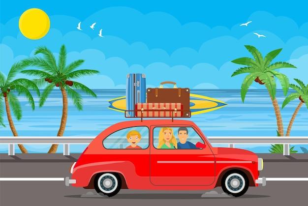 지붕에 수하물 가방과 야자수 해변에서 서핑 보드와 함께 자동차로 여행하는 행복한 가족.