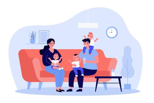 Счастливая семья с тремя детьми на диване