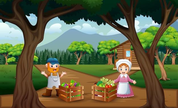 Счастливый фермер с урожаем в деревянном ящике