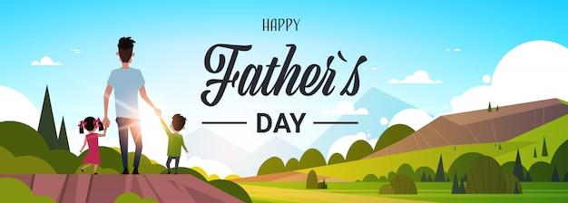 幸せな父の日家族の休日の娘と息子を保持しているお父さんの手をスタンドバック夕日コンセプトグリーティングカードフラットを探して