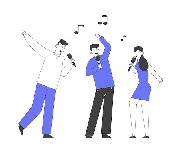 Компания happy friends с микрофонами поет в караоке-клубе