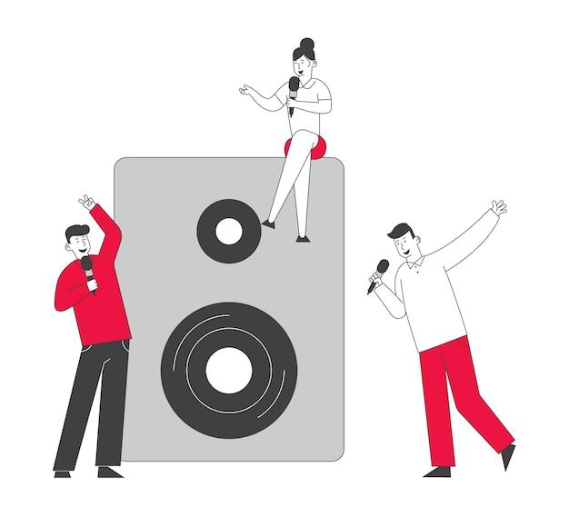 Счастливые друзья весело поют в караоке-баре или ночном клубе.