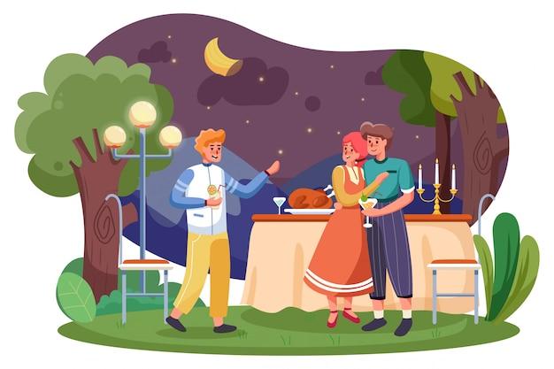밤에 여름 정원 파티에서 저녁 식사를 위해 고기를 먹고 행복 친구