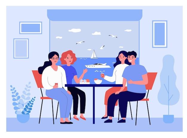 Счастливые друзья в отпуске, едят вместе