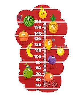 경기장의 행복한 과일은 어린이 키 차트를 추적합니다. 귀여운 만화 캐릭터 배, 수박, 바나나, 오렌지와 자두 또는 망고와 레몬 건강한 생활 방식, 스포츠 활동이 포함된 벡터 성장 측정기