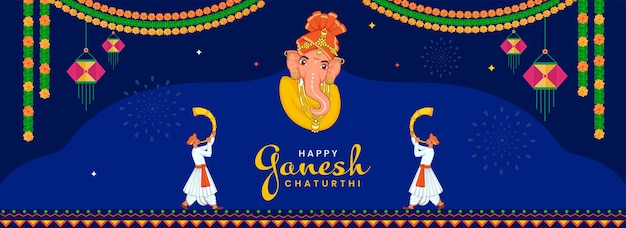 Счастливая концепция ганеша чатуртхи с лицом лорда ганеши и махараштрийскими мужчинами, дующими в рог тутари на синем фоне.
