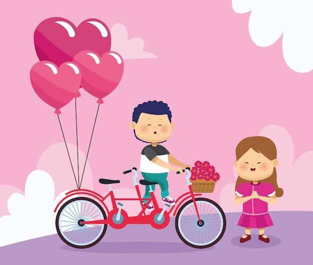 Счастливая девушка и мальчик на двойной велосипед с сердечками воздушными шарами и цветами