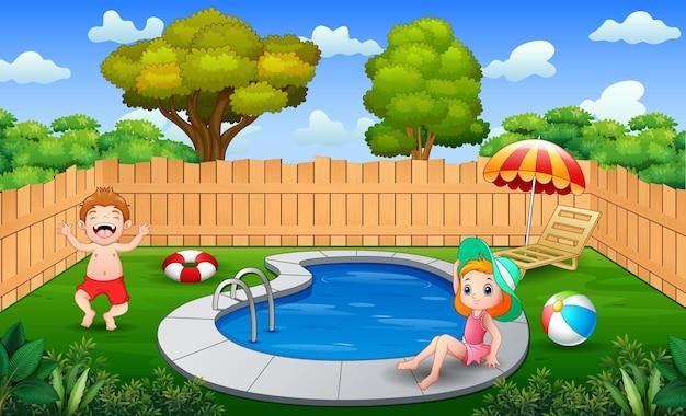 Счастливая девочка и мальчик, играя на краю бассейна на заднем дворе