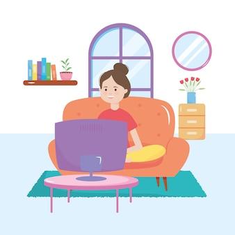Счастливая девушка пугает смотреть телевизор в гостиной