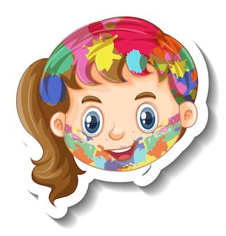 Faccia di ragazza felice con il colore sul suo adesivo viso su sfondo bianco