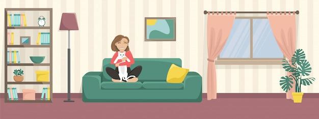Счастливая девушка обнимает милый кот на диване дома. несчастная кошка. уютный дом.