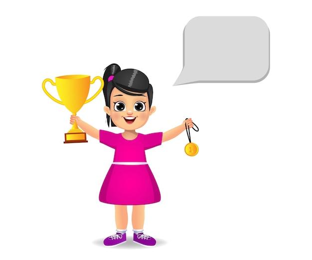 Счастливый ребенок девочка с трофеем и медалью