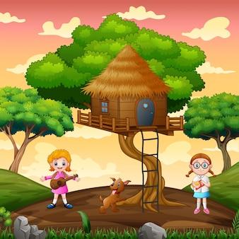 Счастливая девушка играет на домике на дереве