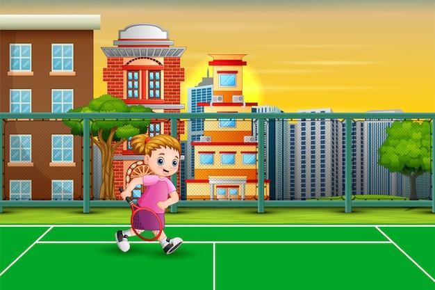 Счастливая девушка играет в теннис на корте
