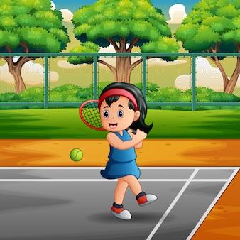 Счастливая девушка играет в теннис на кортах