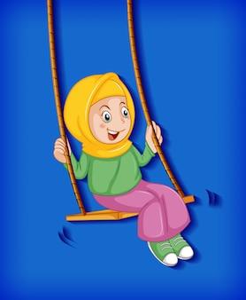 Счастливая девушка сидит на качелях