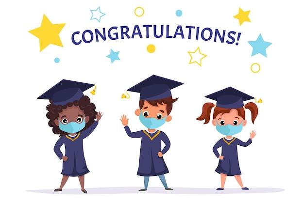 医療マスクアカデミックガウンとキャップを身に着けている幸せな卒業した子供たち。幼稚園の卒業を一緒に祝う多文化の子供たち