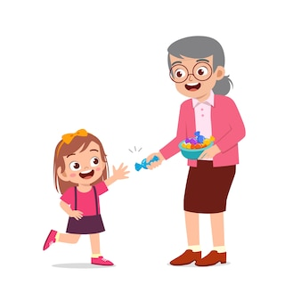 Счастливые бабушка и дедушка дают еду и конфеты внукам