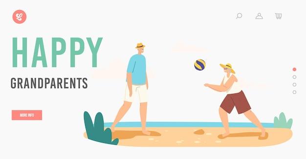 Шаблон целевой страницы для отдыха бабушек и дедушек. старшие пары, играя в пляжный волейбол на берегу моря, бросают мяч друг другу. досуг пожилых семейных персонажей. мультфильм люди векторные иллюстрации