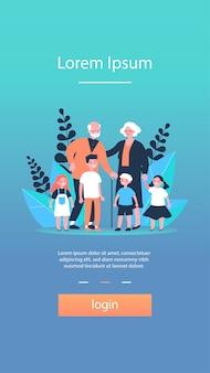Счастливые бабушки и дедушки проводят свободное время с внуками