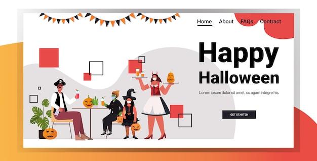 Счастливого хэллоуина праздник концепция празднования официантка в костюме, подающая коктейли клиентам в кафе