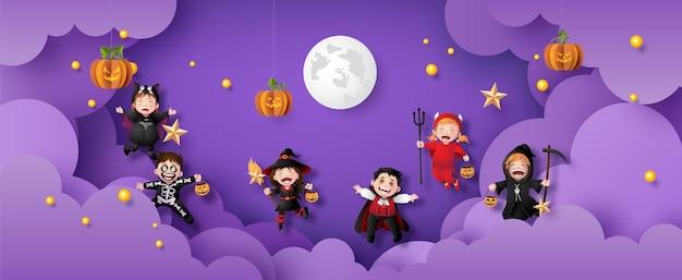 Счастливая вечеринка на хэллоуин с группой детей в костюмах на хэллоуин
