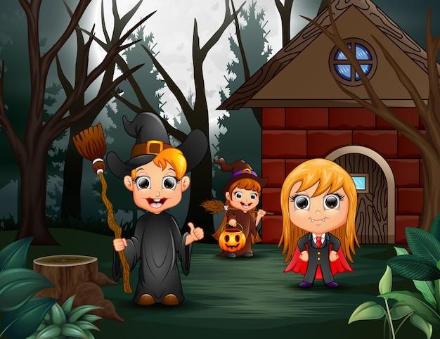 異なる衣装の子供のグループとハッピーハロウィンパーティー