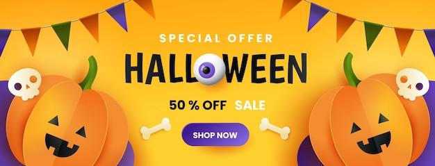 Счастливый баннер продажи хэллоуина. симпатичные бумажные тыквы с черепом и костью на желтом фоне. горизонтальный дизайн.