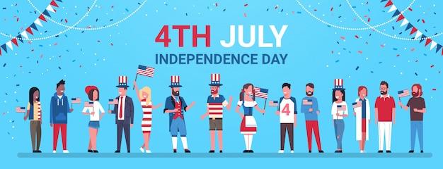 행복 독립 기념일 7 월 4 일 믹스 인종 사람들이 전통 옷 미국 국기를 축 하