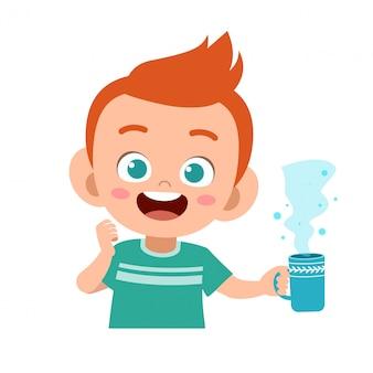幸せな子供は牛乳を飲む