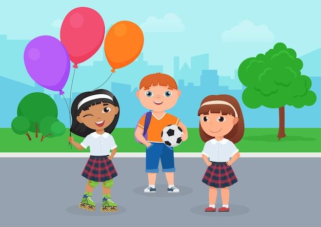 Счастливые друзья ребенка в школьной форме вместе стоят в парке, ребенок держит шар с воздушными шарами