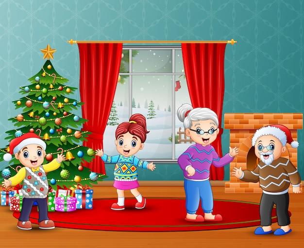 Счастливые дети празднуют рождество с бабушкой и дедушкой