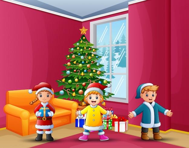 가정에서 크리스마스를 축하하는 행복한 아이들