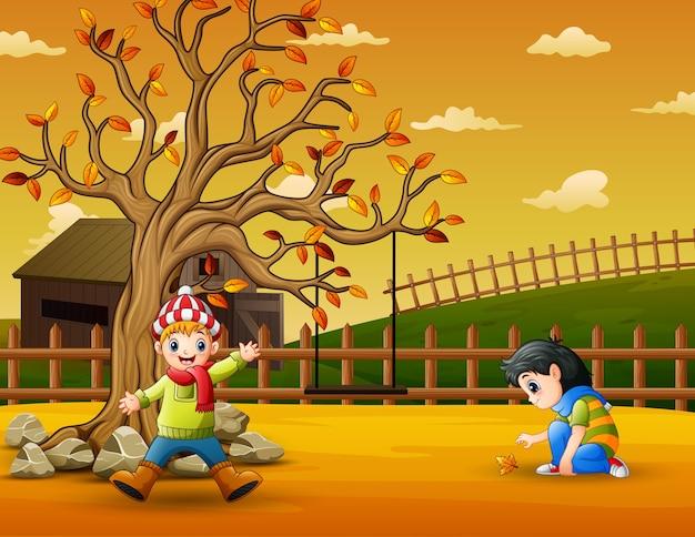 Счастливые дети веселятся в саду