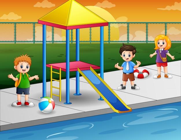 スイミングプールで幸せな子供たち