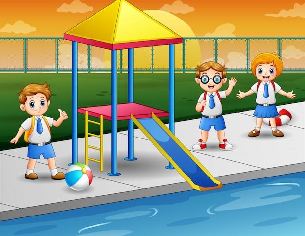 수영장에서 행복한 아이들