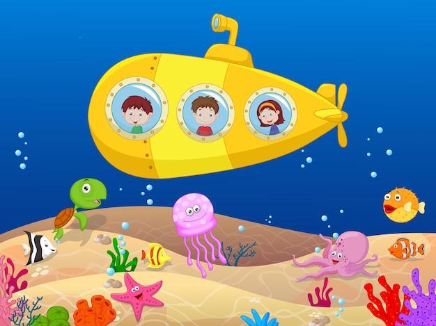 Счастливые дети на подводной лодке Premium векторы