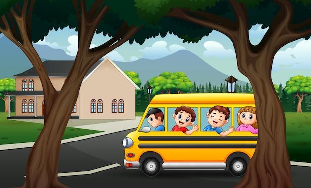 Счастливые дети в желтом автобусе по шоссе