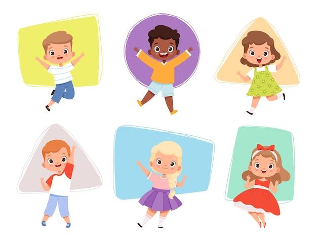 점프하는 행복한 아이들. 다양한 포즈를 취한 액션 아이들은 즐겁게 달리는 귀여운 남성과 여성 캐릭터 벡터 소년과 소녀들을 놀고 있습니다. 액션 재미 아이 소녀와 소년 점프 그림