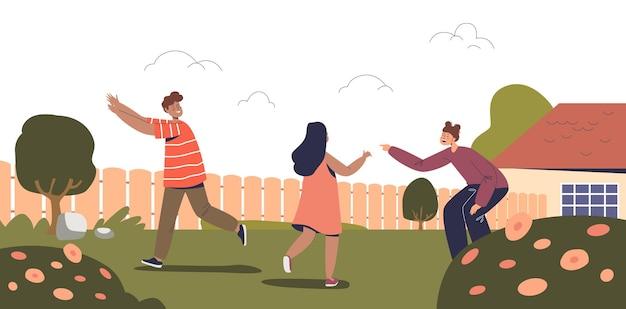 행복한 아이들은 야외에서 활동적인 게임을 합니다. 어린 아이들, 친구, 귀찮은 사람과 자매는 뒤뜰에서 함께 즐거운 시간을 보냅니다. 어린이 여가 활동 개념입니다. 만화 평면 벡터 일러스트 레이 션
